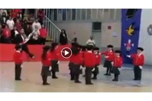 Una profesora mexicana hace el ridículo en un desfile escolar por un descuido