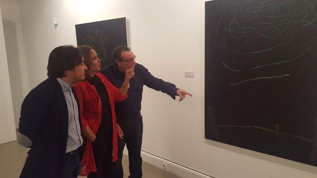 Gonzalo Tena, junto a Mayte Pérez y Nacho Escuín observando una de sus obras