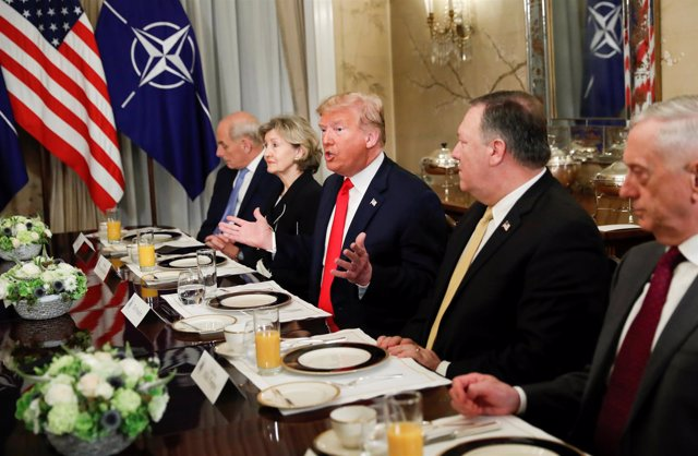Donald Trump y la delegación estadounidense en una reunión con la OTAN