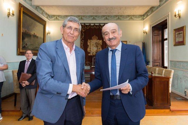 El consejero de Obras Públicas y el alcalde de Castro tras la firma del convenio