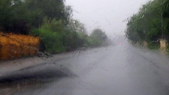 Lluvia en luna del coche