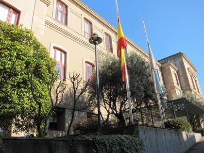El Parlamento se suma al luto por la muerte de Albor y distintas autoridades presentan sus condolencias en el tanatorio