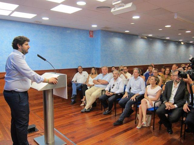 El presidente Fernando López Miras presenta al ex ministro Íñigo de la Serna