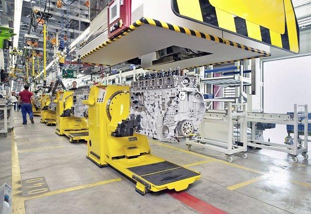 Operario en una fábrica de motores (vehículos)