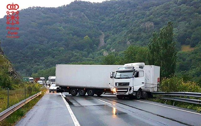 Un camión sufre una salida de vía y bloquea la A-15