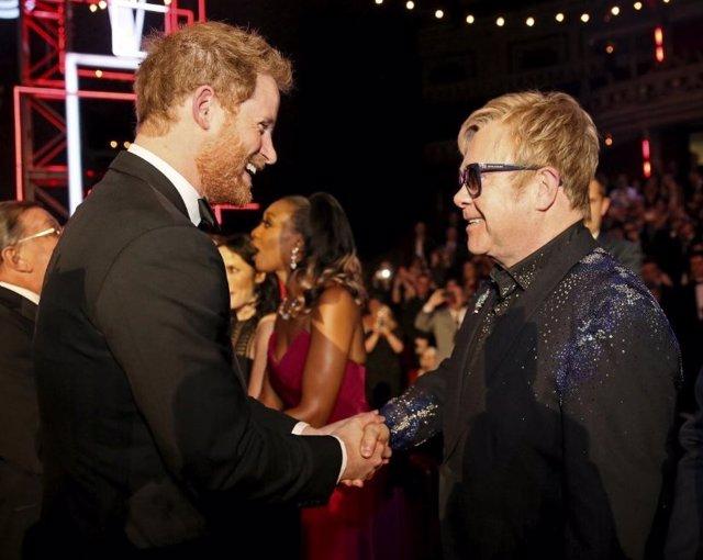 El príncipe Harry y el cantante Elton John en la Royal Variety Performance 2015