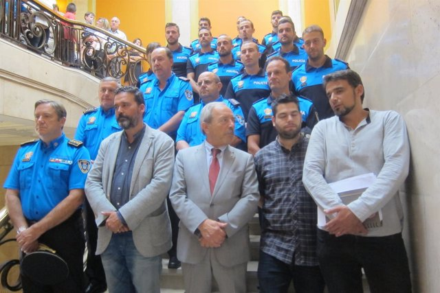 Los 12 nuevos agentes de la Policía Local de Oviedo en la toma de posesión.
