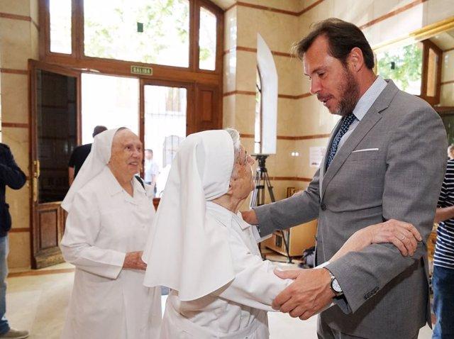 El alcalde de Valladolid, Óscar Puente, despide a las hermanas franciscanas