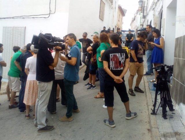 Paralitzen el desnonament d'una família a Oliva (València)