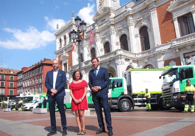 Puente, María Sánchez y el representante de Scania con los nuevos vehículos 13-7