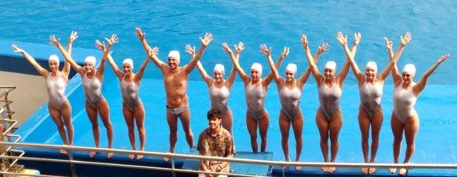 Roy y nadadores de artística en la presentación de Las Noches del Oceanogràfic