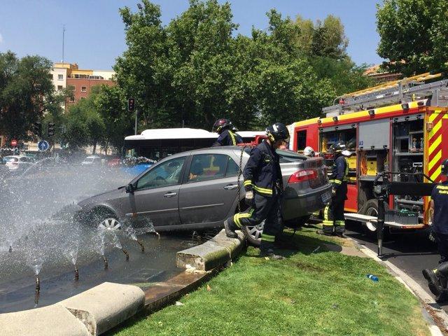 Imagen del vehículo que se ha empotrado contra la fuente de Embajadores