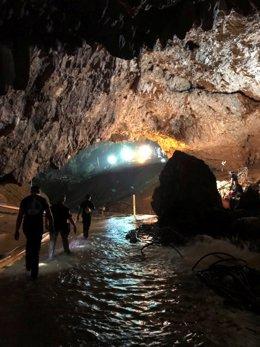 Personal de rescate de los 12 niños tailandeses en una cueva