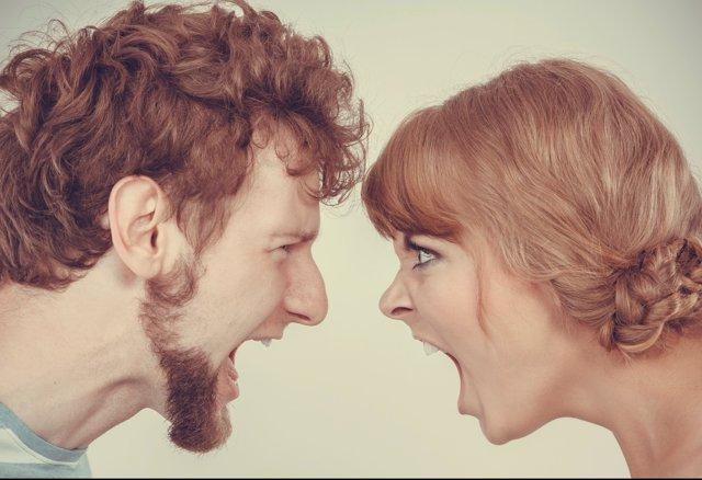 Pareja discutiendo. Bronca entre una pareja. Gritos. Gritarse. Enfadarse.Ruptur