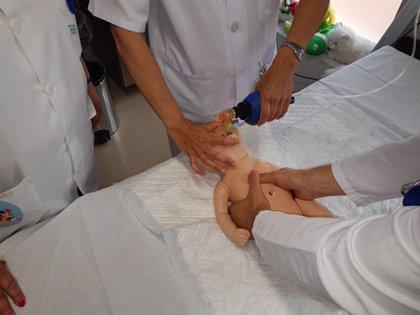 Profesionales de la Unidad Materno Infantil del Área Sanitaria Norte realizan un curso de RCP neonatal