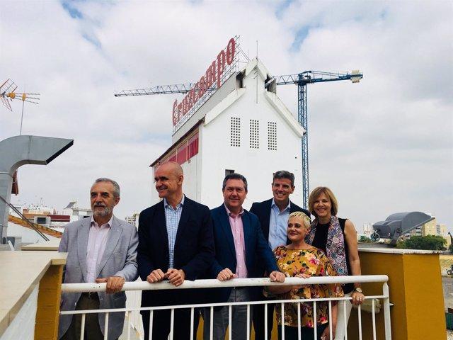 El grupo municipal de Sevilla y el vicepresidente de Cruzcampo frente al Palomar