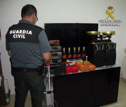 Detenido por robar televisores, alcohol y un equipo de música en un chiringuito y una casa de Cangas
