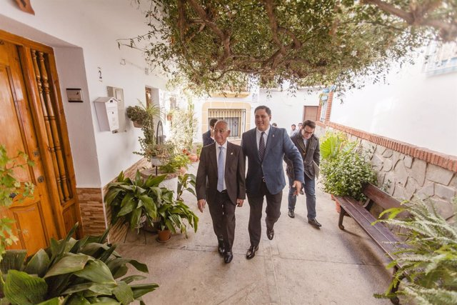 Gabriel Amat junto al alcalde de Canjáyar, Francisco Alonso.