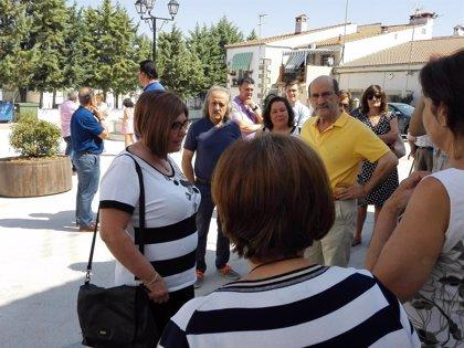 Rosario Cordero visita las obras de accesibilidad en el Ayuntamiento de Torremocha y la nueva plaza