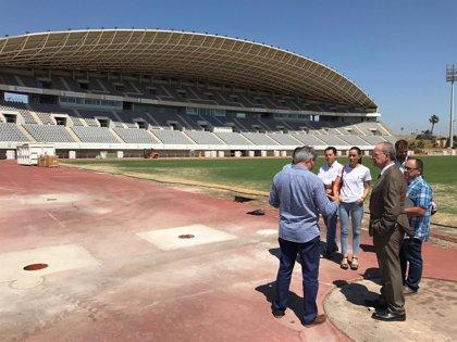 El Ayuntamiento de Málaga invierte cerca de 600.000 euros en renovar el pavimento deportivo del Estadio de Atletismo