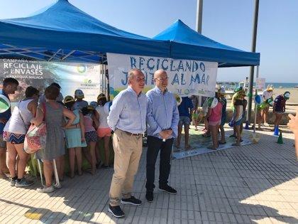 La Diputación lanza una campaña informativa en playas de la Axarquía para fomentar el reciclaje de envases