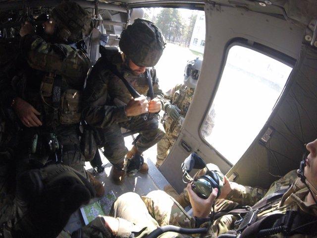 Militares de la BRI X en un helicóptero durante el despliegue en Letonia