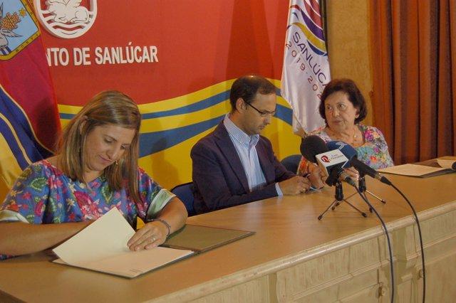 Irene García firma un concenio con Fundación Aras en Sanlúcar