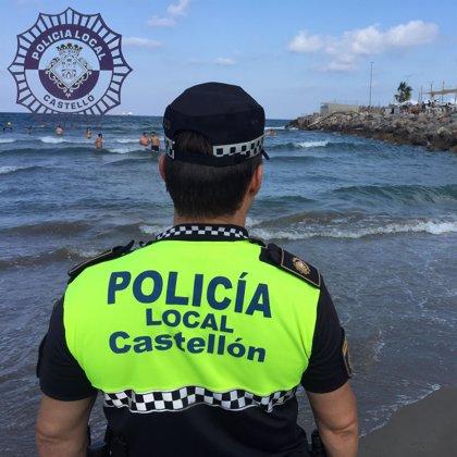 Rescatan a dos niños que no podían salir del agua por la corriente y las olas en la playa del Pinar