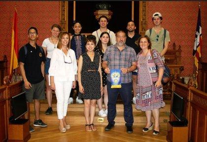 El Consell recibe en audiencia a 15 jóvenes de México y California becados por el Club Rotary