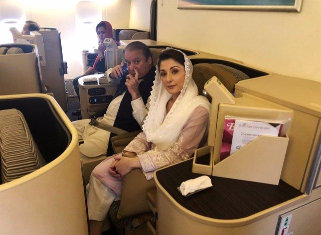 Nawaz Sharif y su hija Maryam en el avión de regreso a Pakistán