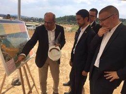 Calvet visita las actuaciones de mejora ambiental de Ercros en Flix