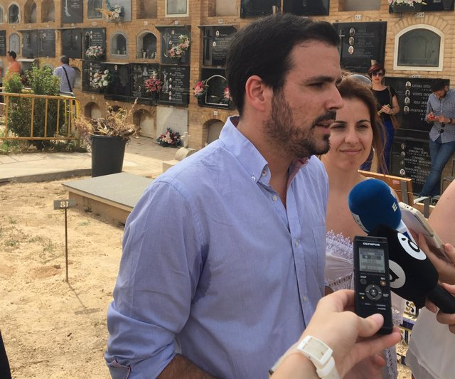 Alberto Garzón atiende a los medios de comunicación