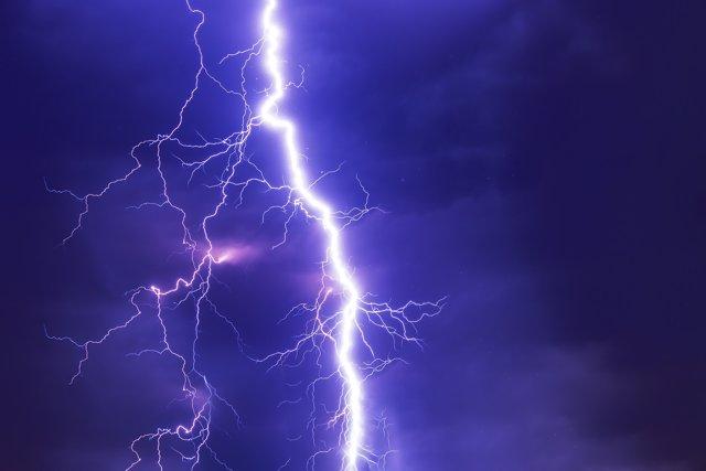 Una familia muere por la caída de un rayo al protegerse de la lluvia