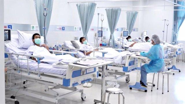 Los niños rescatados de una cueva en Tailandia en el hospital