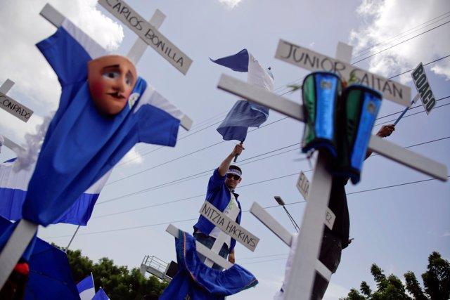 Cruces en recuerdo de los muertos durante las protestas contra Daniel Ortega