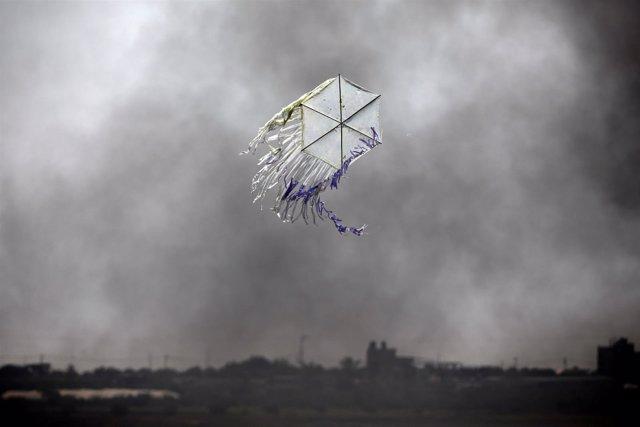 Cometa volando durante las protestas en la Franja de Gaza