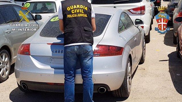 Uno de los coches recuperados por la Guardia Civil