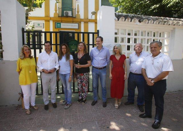 Moreno (2º izda.) con miembros del AMPA y del PP