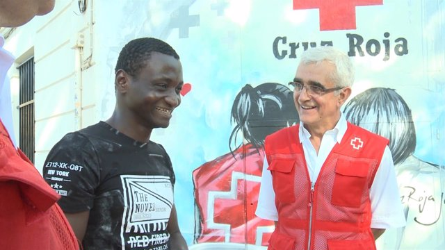 Felix Sesay con un delegado de Cruz Roja