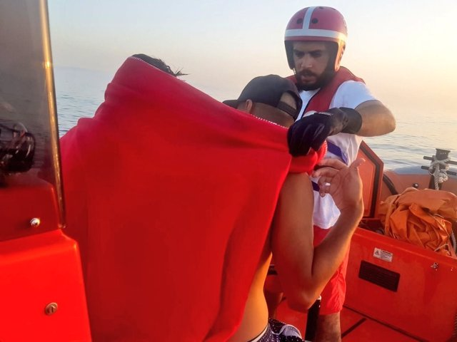 Cruz Roja en una de sus intervenciones por la llegada de inmigrantes a Cádiz