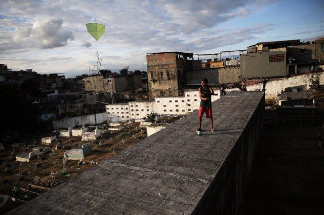 Jóvenes de Río de Janeiro vuelan una cometa