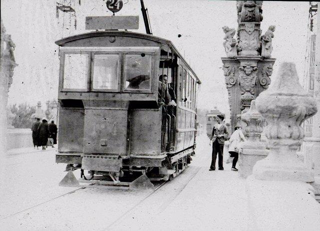 Tranvía 24 a su paro por el Puente de Toledo 1905