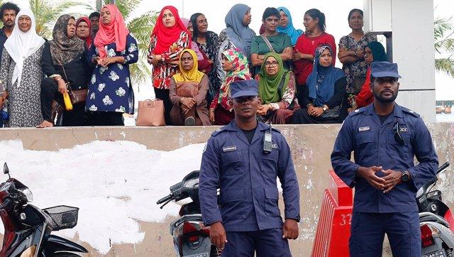 Policías de Maldivas frenta a la sede del partido opositor MDP