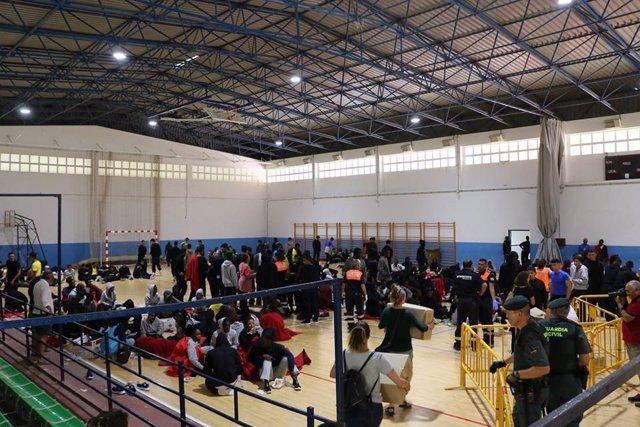 Inmigrantes en el polideportivo de Barbate