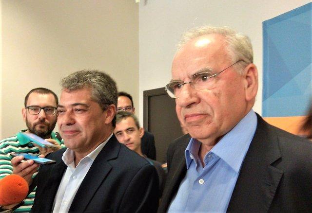 El exvicepresidente del Gobierno Alfonso Guerra junto al rector de la UAL