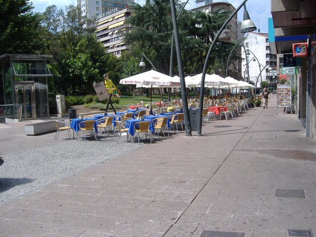 Terraza de verano en una calle ourensana
