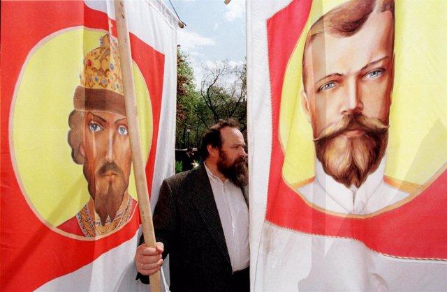 Un hombre con una pancarta con la efigie de Nicolás II, último zar de Rusia