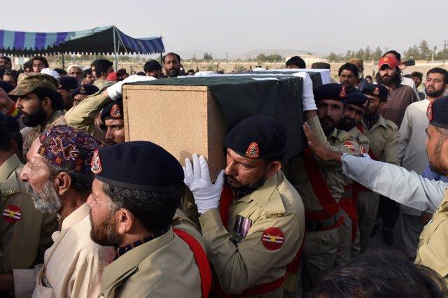 Féretro del político Siraj Raisani, muerto en un atentado en Mastung (Pakistán)