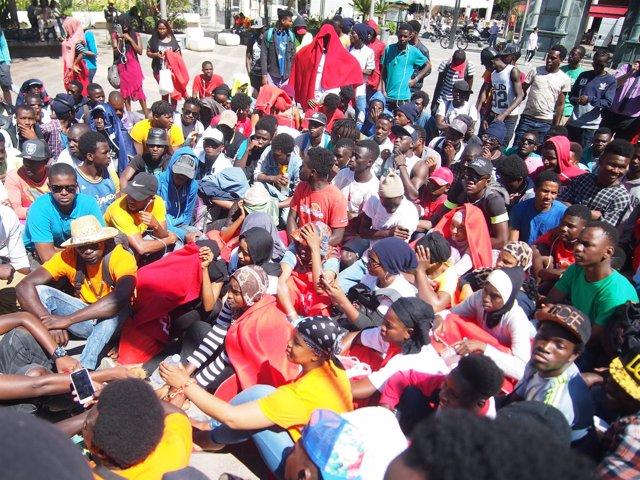 Concentración de subsaharianos ante la Delegación del Gobierno en Ceuta