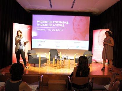 Sesenta mujeres con cáncer de mama participan en una sesión para formarse e involucrarse en la toma de decisiones